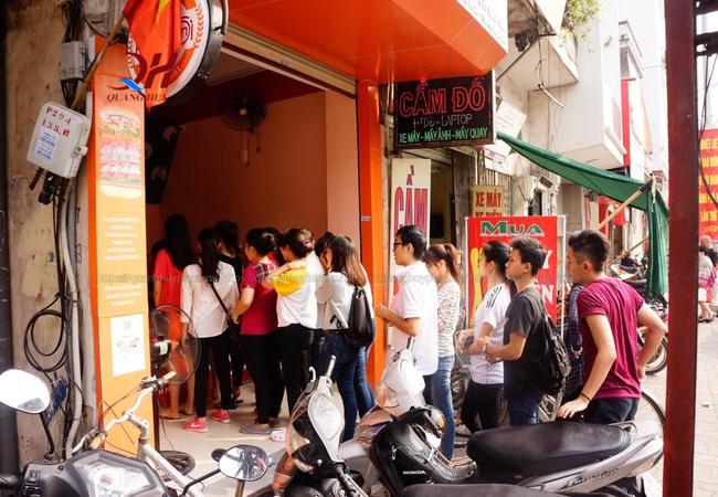 Nhiều người đứng chờ hàng dài để mua hàng