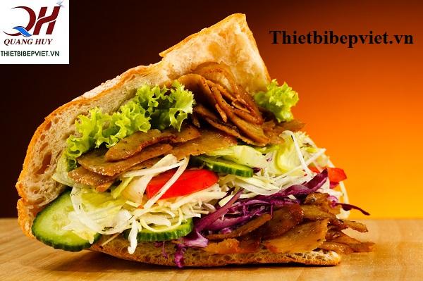 Chiếc bánh mì hấp dẫn với nhân thịt và rau ăn kèm đầy ú nụ