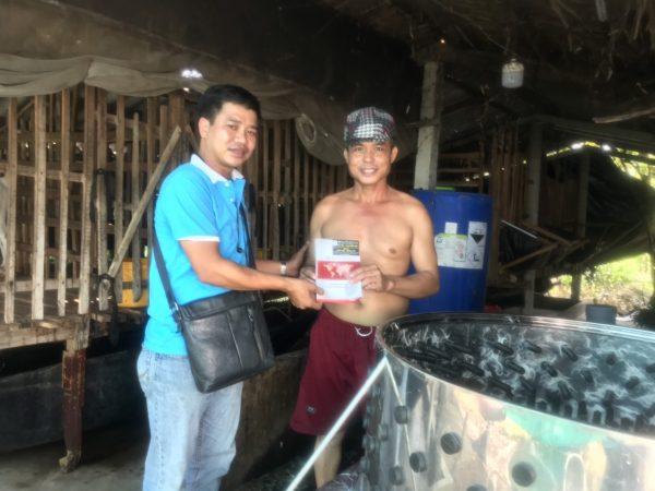 Khách hàng mua sản phẩm máy vặt lông dê tại Quang Huy