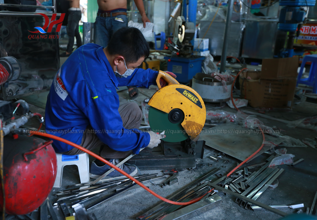 Những sản phẩm xe bánh mì chả cá đều được sản xuất ngay tại xưởng
