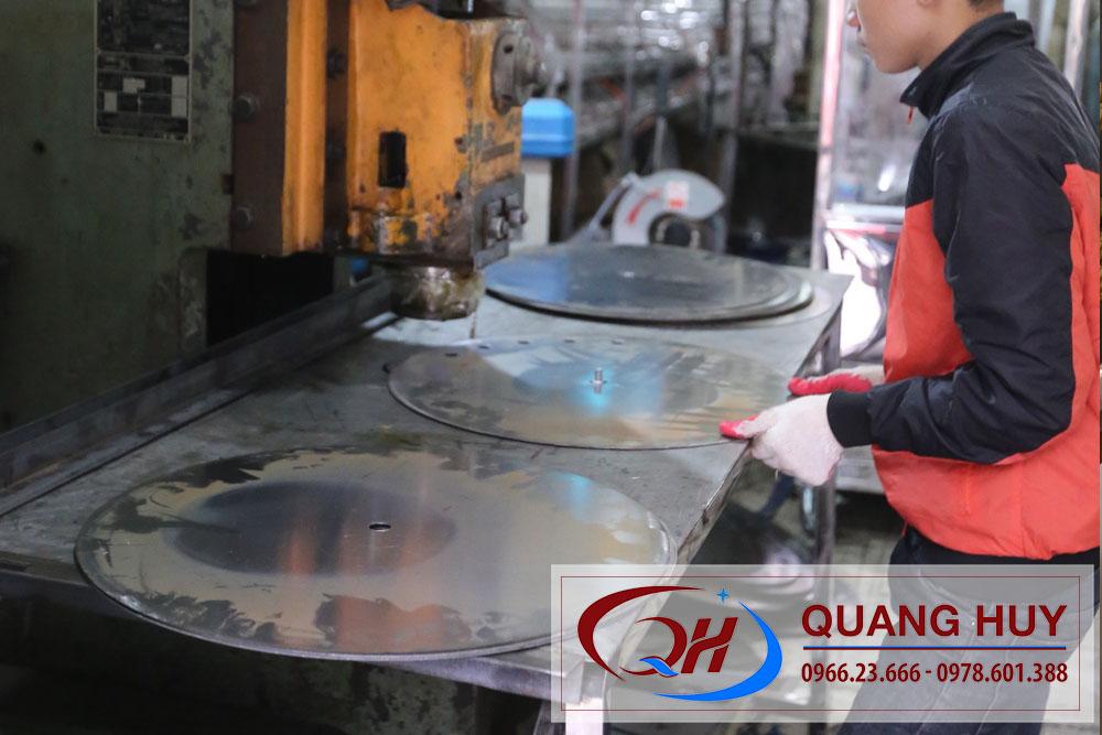 Xe bánh mì chả cá được sản xuất tại xưởng của Quang Huy