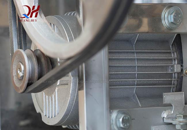 Chính nhờ mô tơ máy này mà máy vặt lông gà con đạt năng suất cao hơn
