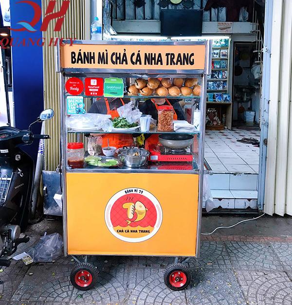Xe bán bánh mì chả cá là người bạn đồng hành không thể thiếu