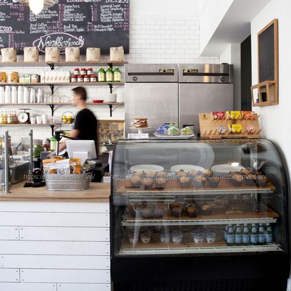 Tủ bánh kem được lắp đặt trong quán cafe