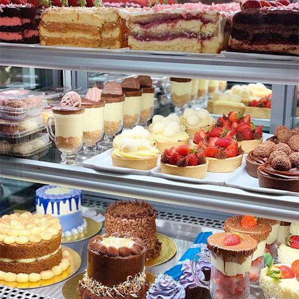 Hướng dẫn sắp xếp bánh kem trong tủ trưng bày