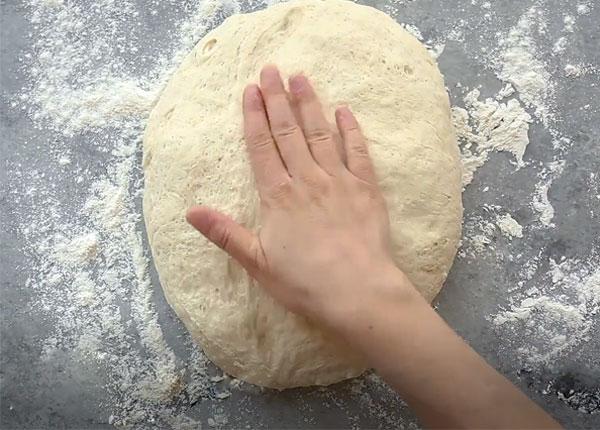 Trộn và nhào bột thật kỹ đến khi bột đồng nhất, mềm mịn