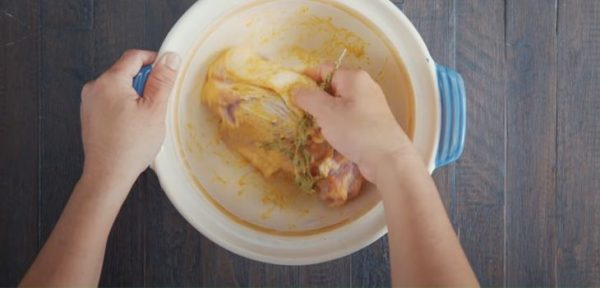 Tẩm ướp thịt nướng để ngấm đều gia vị