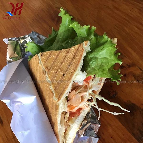 Hoàn thành món bánh mì tam giác kẹp thịt