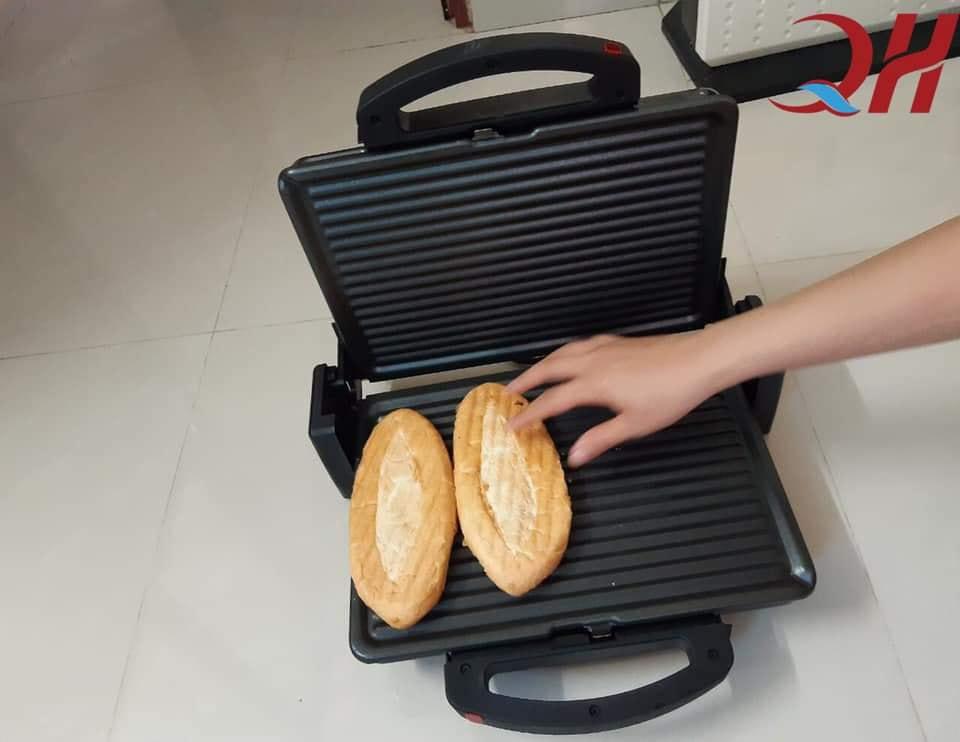 Bỏ bánh mì vào máy kẹp chờ trong 5 phút