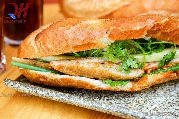 """Khung giờ bán hàng: 1 kinh nghiệm chúng tôi muốn gửi đến bạn nữa đó chính là khung giờ bán hàng. Bạn cần xác định được khung giờ mà khách hàng sẽ lựa chọn món bánh mì chả cá của bạn. Thường thì bánh mì sẽ được người tiêu dùng ưa dùng vào buổi sáng hay xế chiều, thậm chí là buổi trưa. Nhưng bạn cần chú ý nhất đó chính là khung giờ buổi sáng. Bởi đây chính là khoảng thời gian mà nhiều người sử dụng món bánh mì của bạn nhất. Lựa chọn khung giờ bán hàng tốt nhất Lựa chọn khung giờ bán hàng tốt nhất Bởi đây là lúc mà học sinh sinh viên đi học, nhân viên, công nhân đi làm,… Chính vì thế bạn nên bán hàng buổi sáng và khung giờ từ 6h sáng – 8h30 sáng. Thái độ phục vụ khách hàng: 1 điểm mà bạn cũng nên hết sức lưu ý đó chính là thái độ phục vụ khách hàng. Người kinh doanh thường có câu: """"khách hàng là thượng đế"""". Đúng như vậy, khách hàng chính là nguồn lợi nhuận của bạn. Vậy nên, bạn cần có những cách thức lấy cảm được cảm tình từ khách hàng. Đó chỉ đơn giản là những câu nói xã giao hay những nụ cười đầy thân thiện mà thôi."""