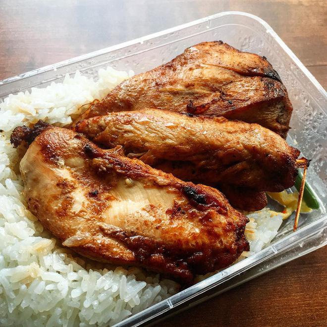 Suất cơm gà đầy đặn tại quán cơm 123