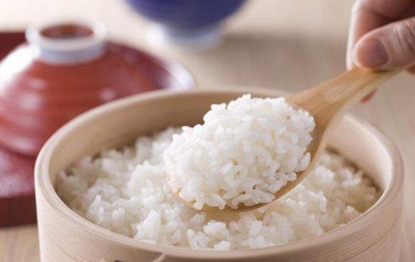 Nấu cơm bằng nước nóng thì chất lượng cơm sẽ ngon hơn