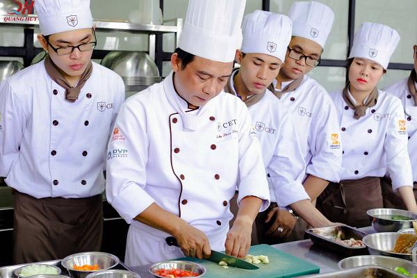 Tuyển nhân viên bếp và chạy bàn (tùy vào quy mô và nhân lực của quán bạn)