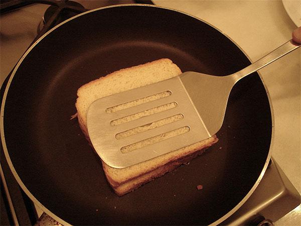 Sử dụng chảo chống dính làm nóng bánh mì nhanh chóng