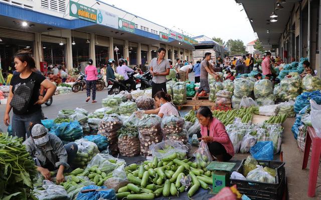 Các khu chợ đầu mối với nhiều mặt hàng, nhu yếu phẩm đa dạng