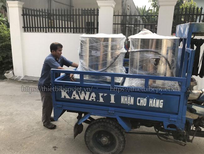 Quang Huy giao nồi điện cho khách hàng