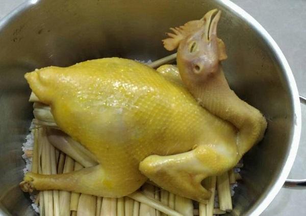 Món gà hấp xả nguyên con sau khi đã chế biến xong