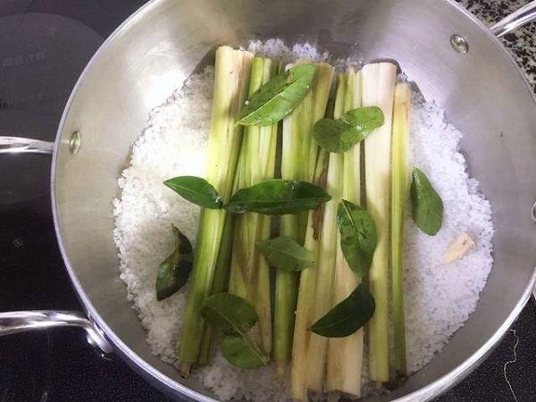 Rắc muối, xếp xả và lá chanh vào nồi