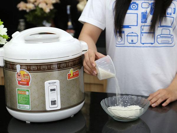 Sử dụng nồi cơm điện để nấu cơm