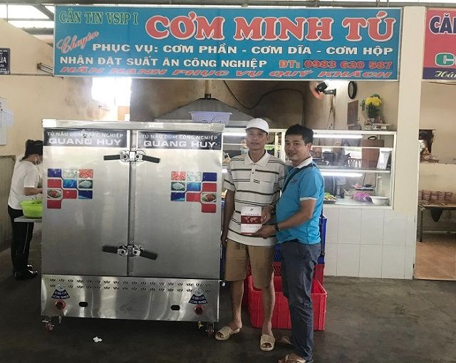 Khách hàng mua tủ cơm công nghiệp 24 khay điện gas tại Sài Gòn