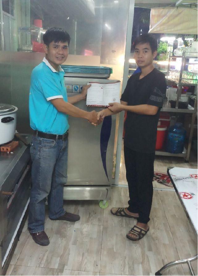 Khách hàng mua tủ cơm 10 khay tại Đồng Nai