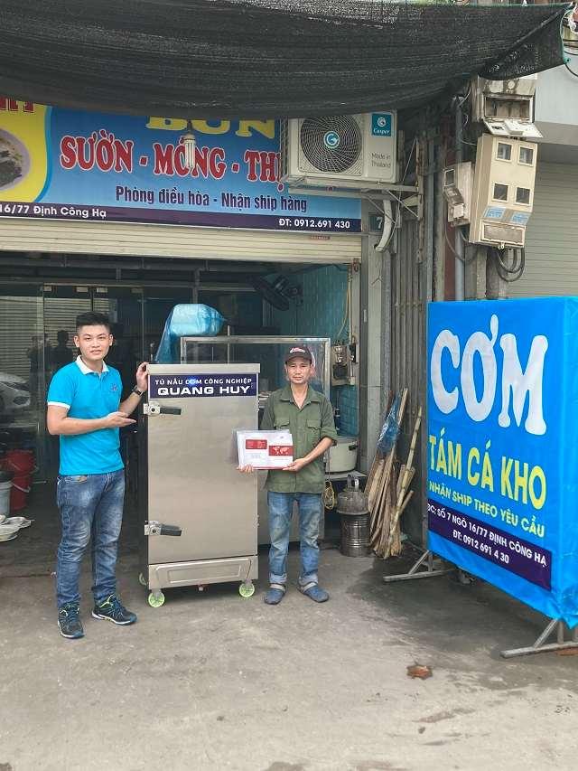 Khách mua tủ nấu cơm điện tại Hà Nội