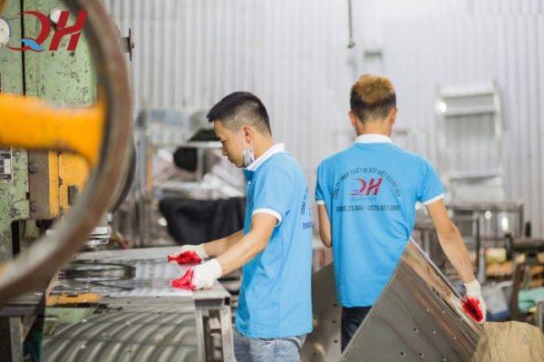 Thợ gia công inox tại xưởng Quang Huy
