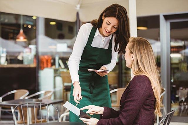 Thái độ phục vụ thân thiện, cách phục vụ của quán